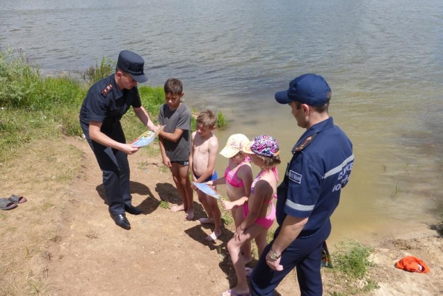 Прикарпатські рятувальники не допускають дітей до купання у небезпечних місцях