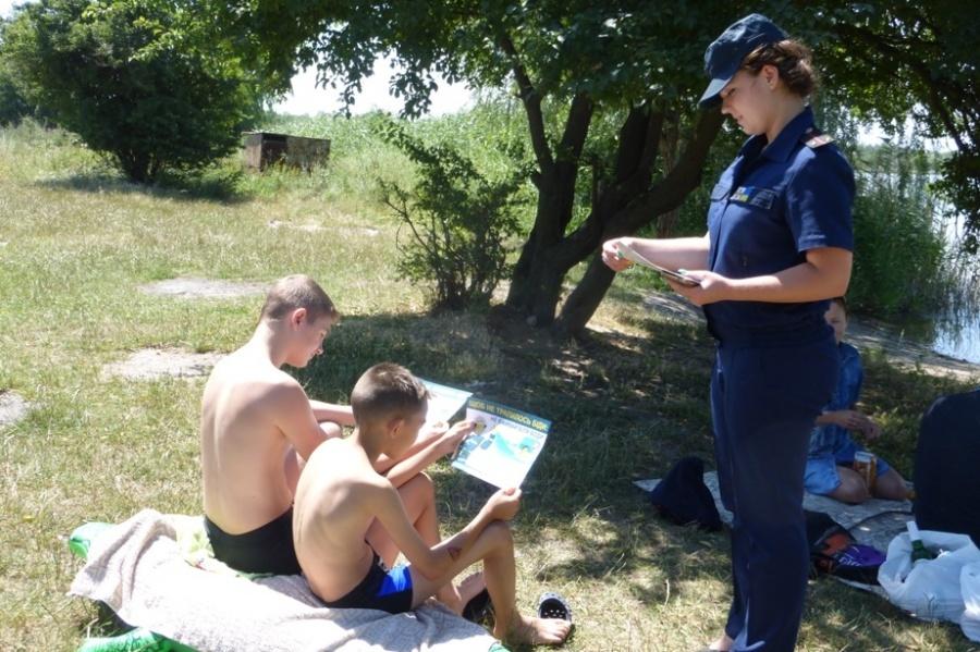 Прикарпатські рятувальники пильнують дітей, які приходять гратися до водойм без нагляду дорослих